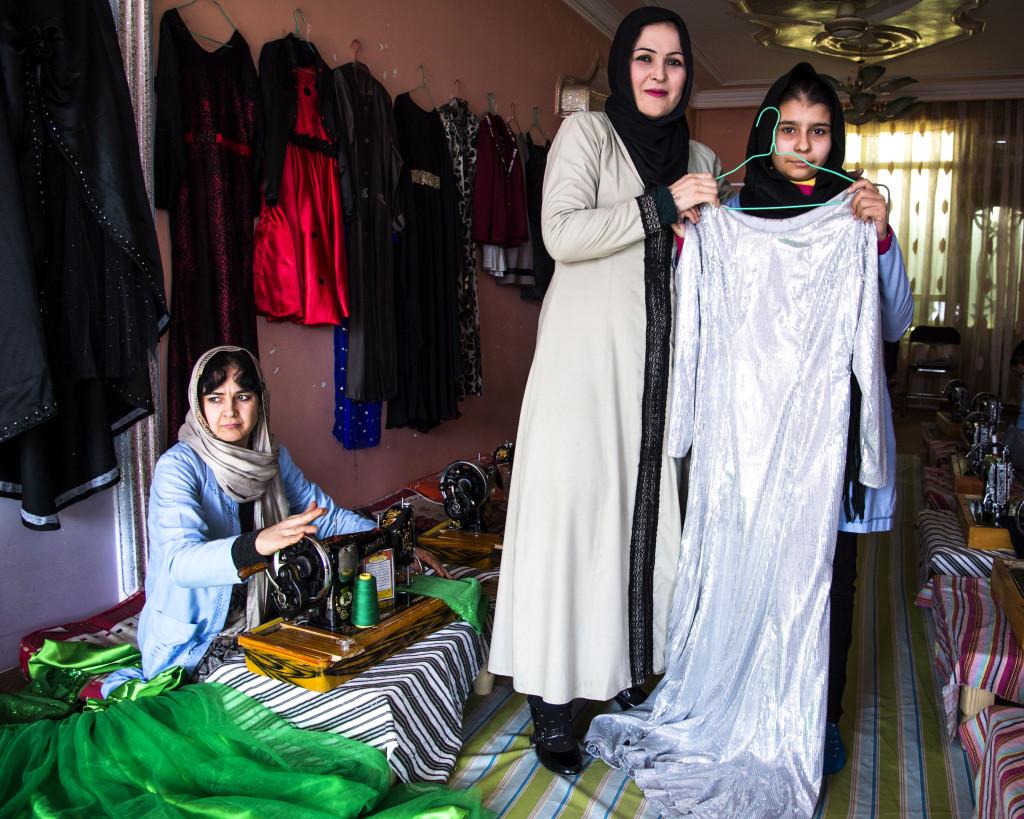 Stolta Hilduz och hennes elever. Sedan talibanernas fall 2001 går fler flickor än tidigare åter i skolan. Men skillnaderna mellan stad och landsbygd är stora. I avlägsna områden är bristen på kvinnliga lärare ett stort bekymmer.