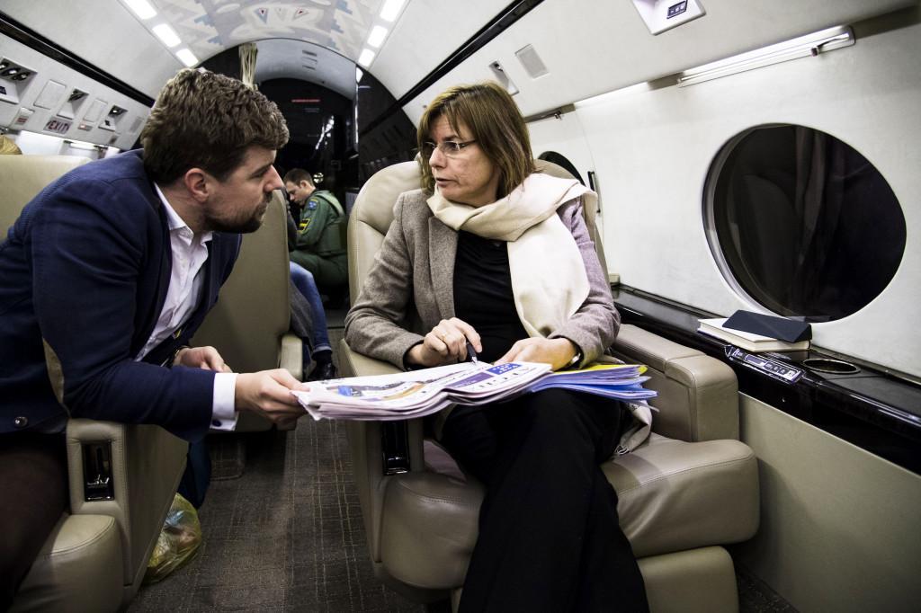 Biståndsminister Isabella Lövin planerar sitt besök i Afghanistan tillsammans med politiskt sakkunnige Gabriel Liljenström ombord på regeringsplanet.